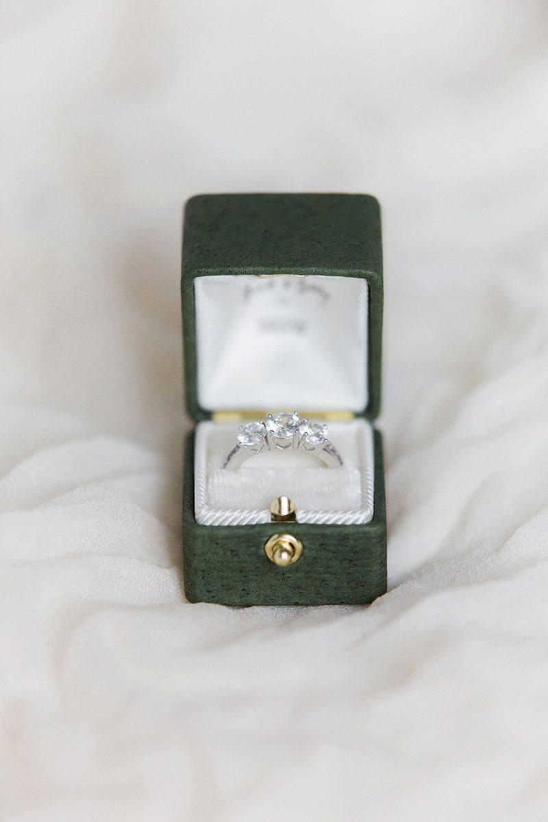 Коробочка для кольца с замочком из натуральной кожи с тиснением монограммы
