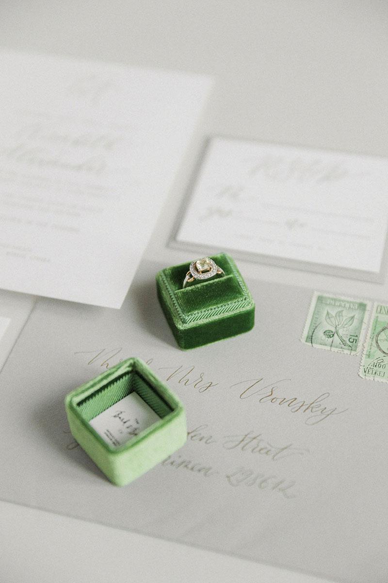 Бархатная коробочка для кольца с тиснением монограммы