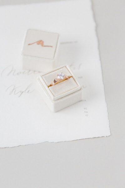 Коробочка для кольца из бархата с тиснением монограммы