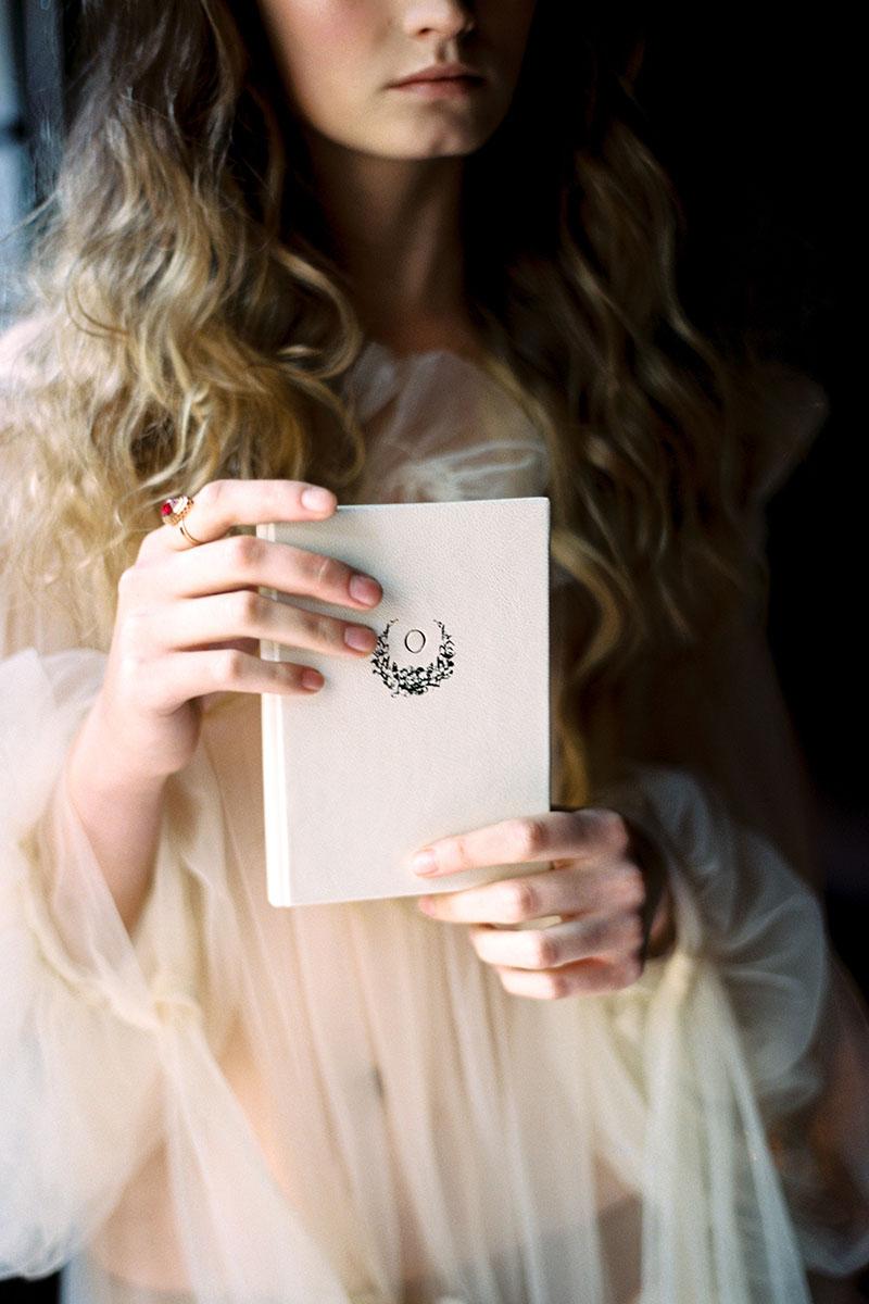 оригинальная книга для клятв на свадьбу подарок из натурального бархата кожи или замши с индивидуальным тиснением
