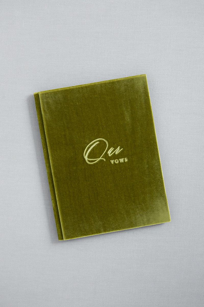 Bark-and-Berry-Olive-vintage-velvet-wedding-embossed-monogram-vows-book-13х18-001